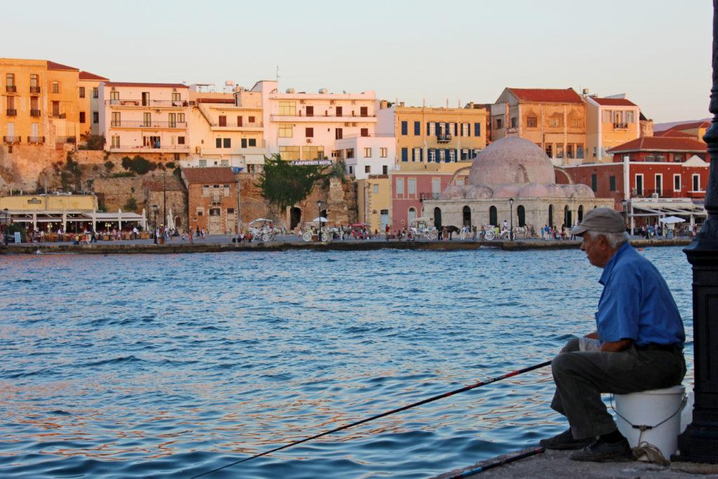 Grek łowiący ryby w porcie w Chanii, Kreta
