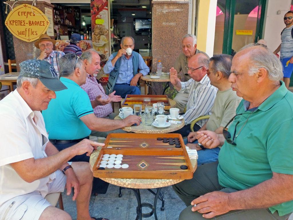 Grecy grający w tavli w kawiarni na Zakynthos