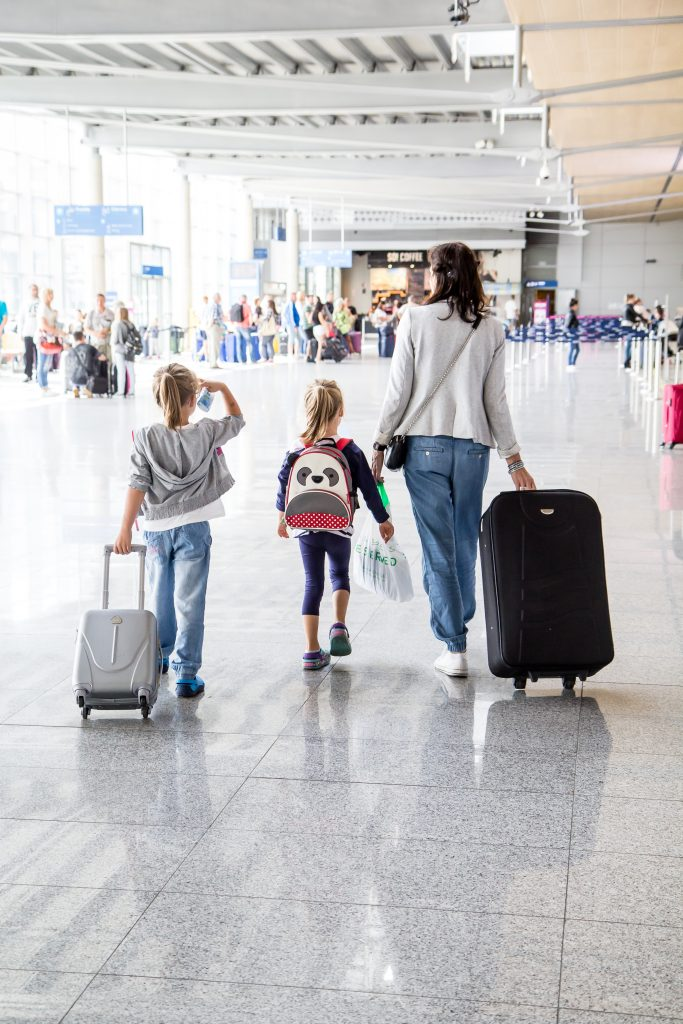 Mama z dziećmi na lotnisku