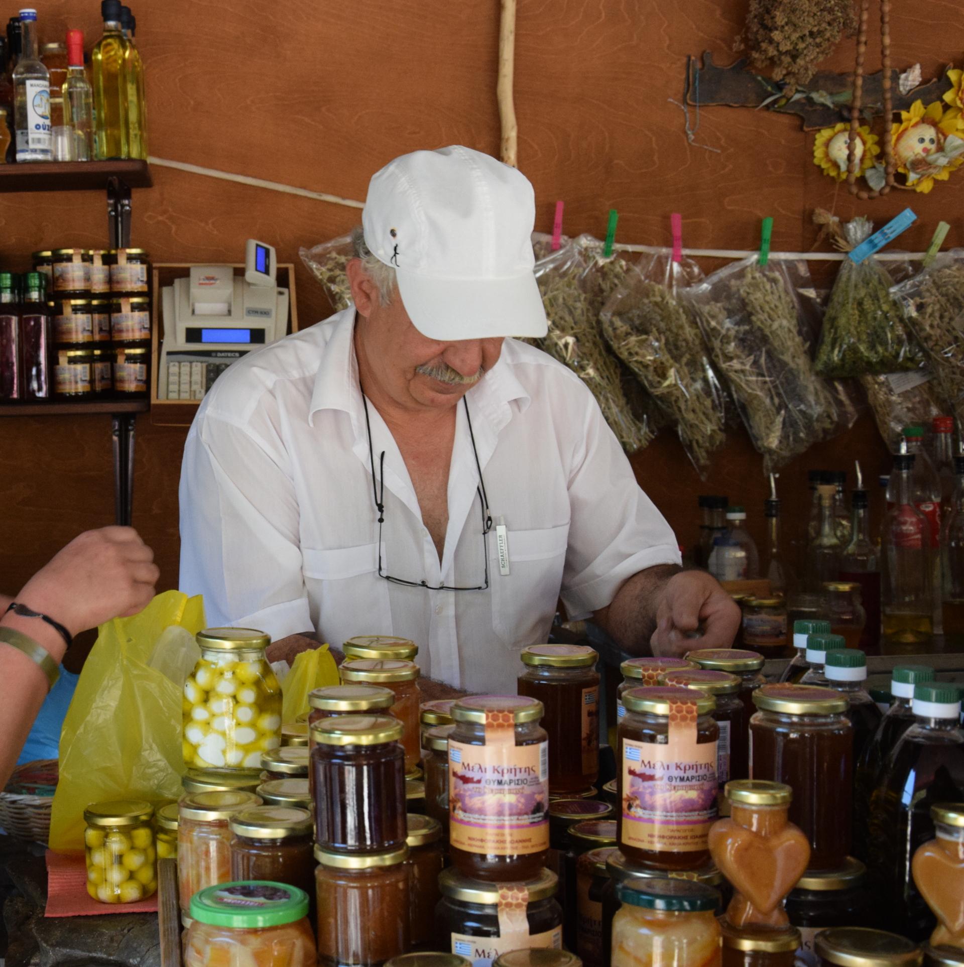 Kreta - Grek sprzedający lokalne wyroby