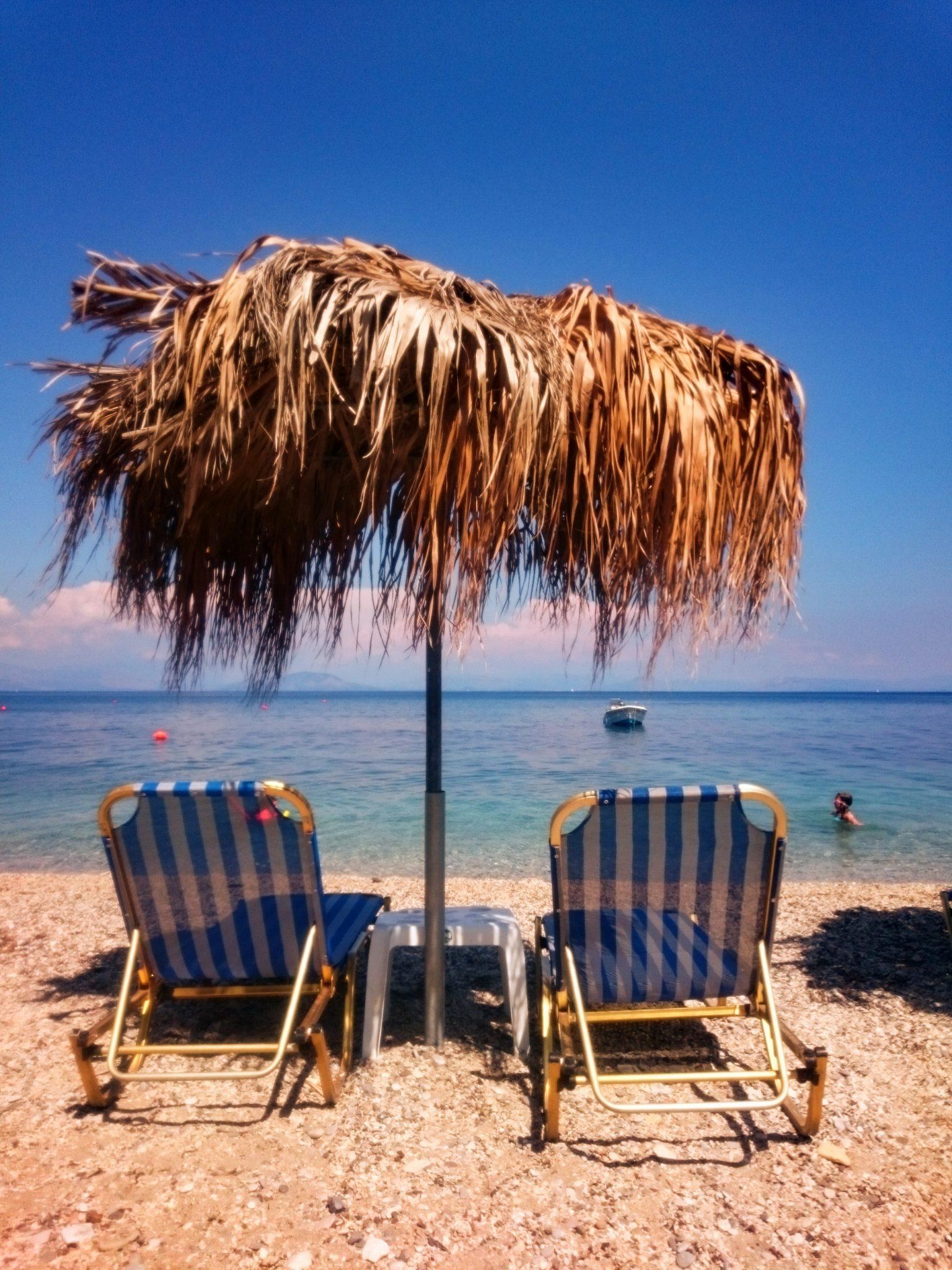 Leżaki na plaży na Korfu