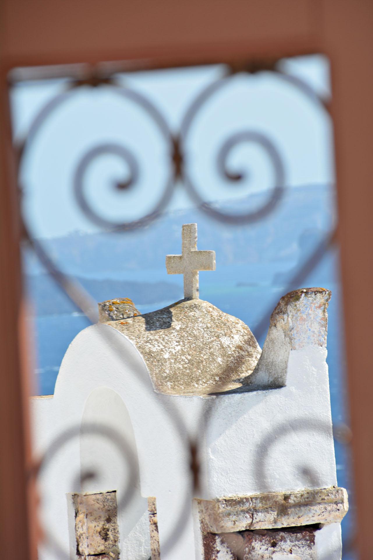 Santorini - kapliczka z krzyżem