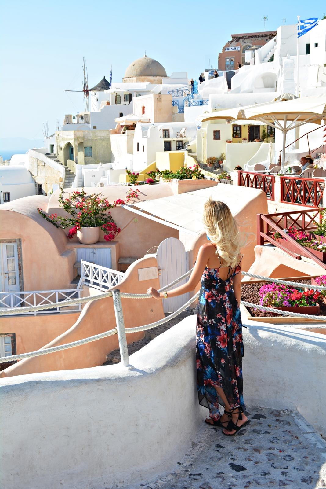 Santorini - dziewczyna patrząca na widok