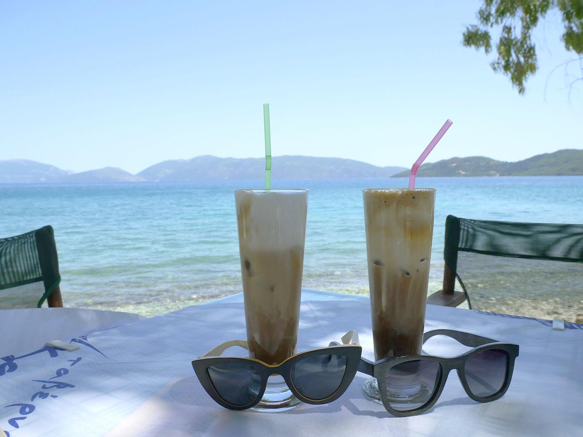 Jezioro Karavomilos i kawa frappe