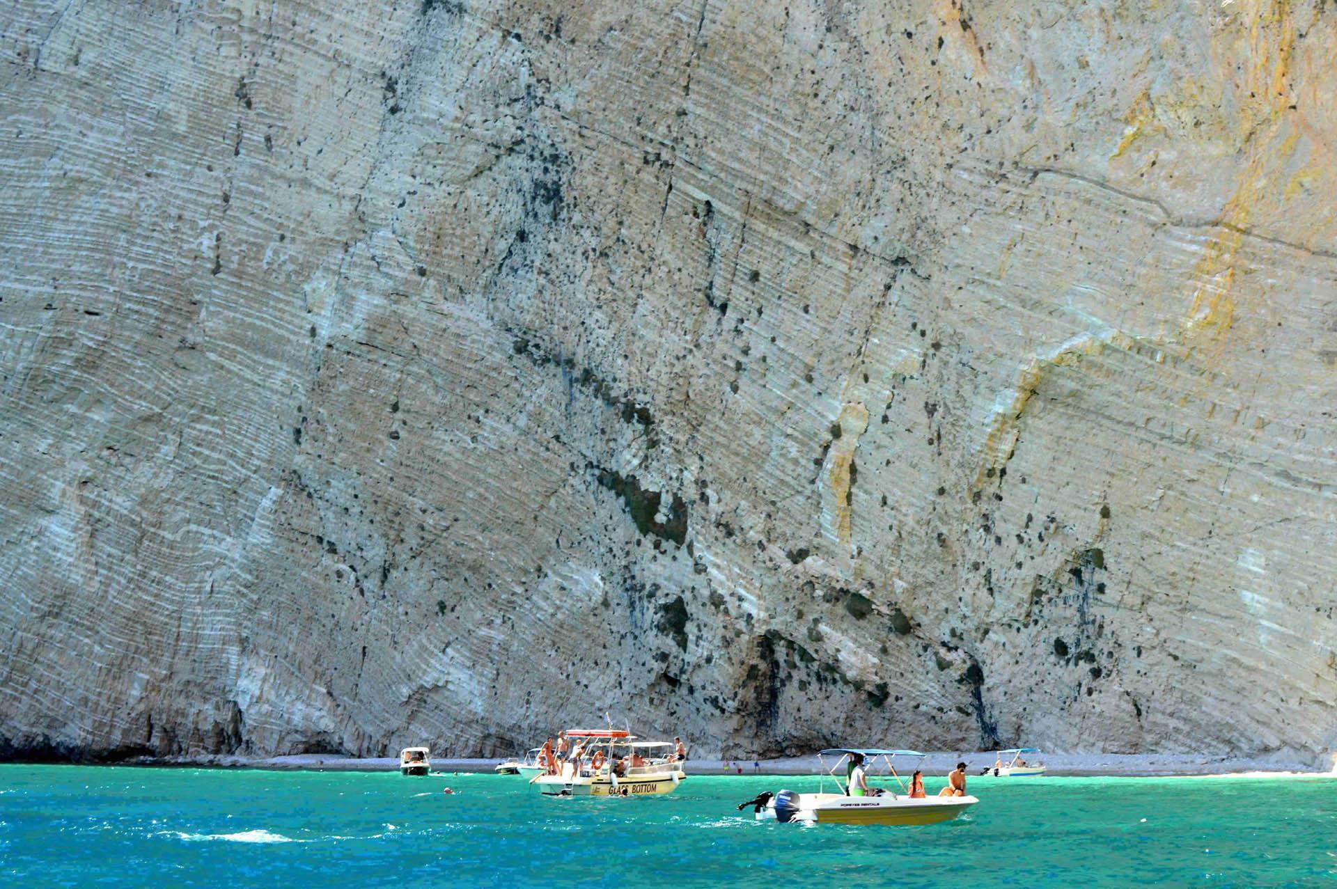 Nieprzeniknione wapienne skały. Piękno greckiej natury