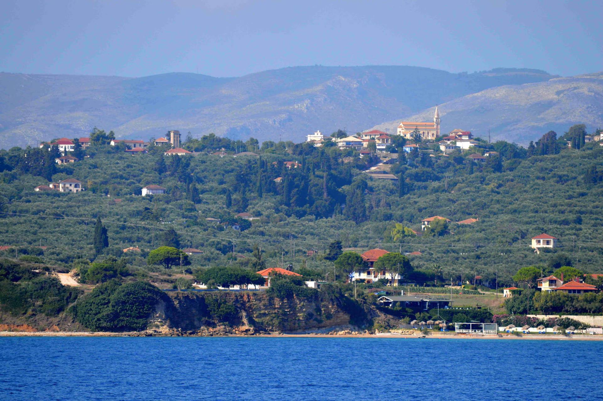 Piękno kompozycji greckiego miasta z naturą