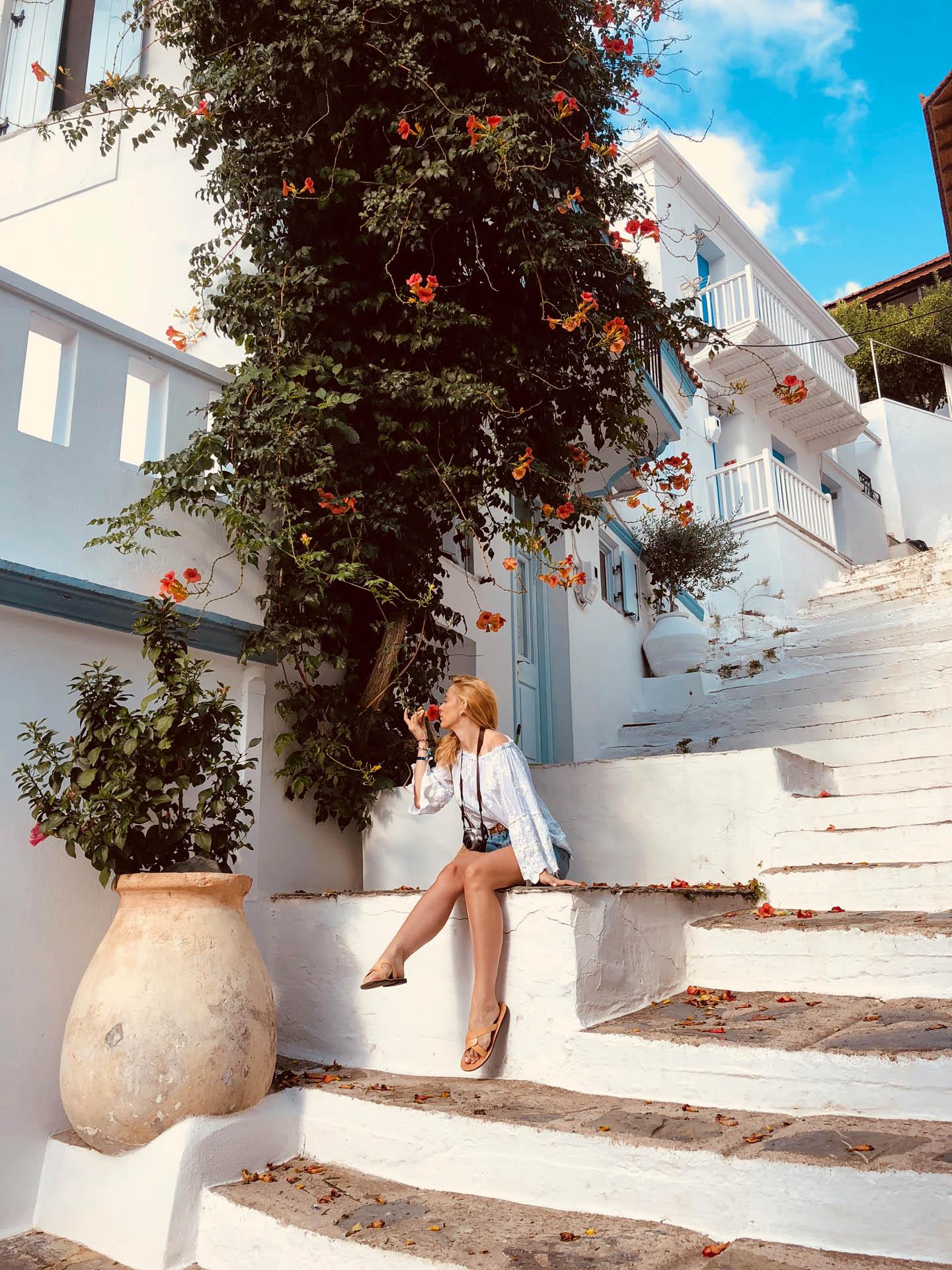 Dziewczyna z kwiatami na Skopelos