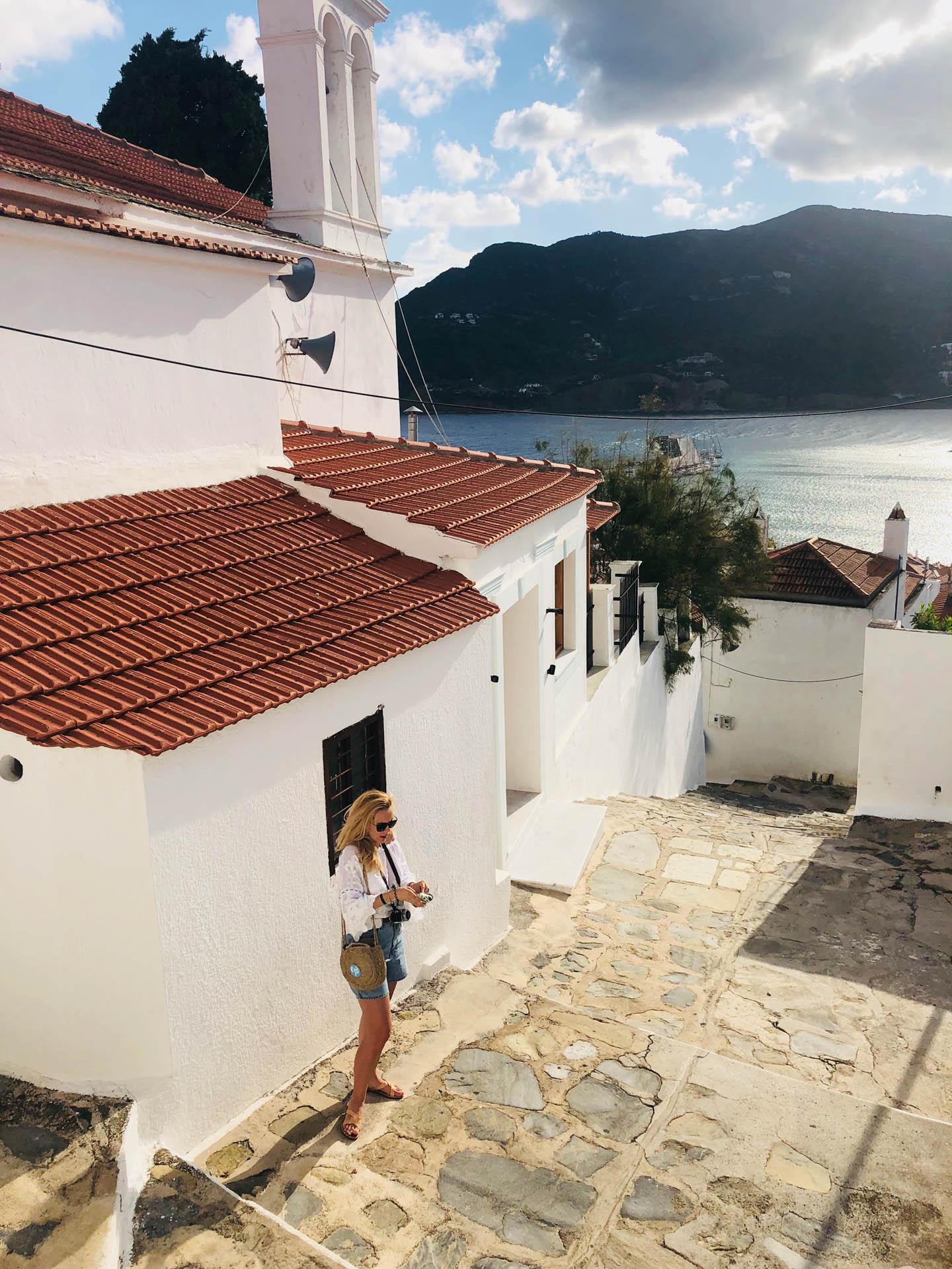 Dziewczyna na Skopelos na tle morza
