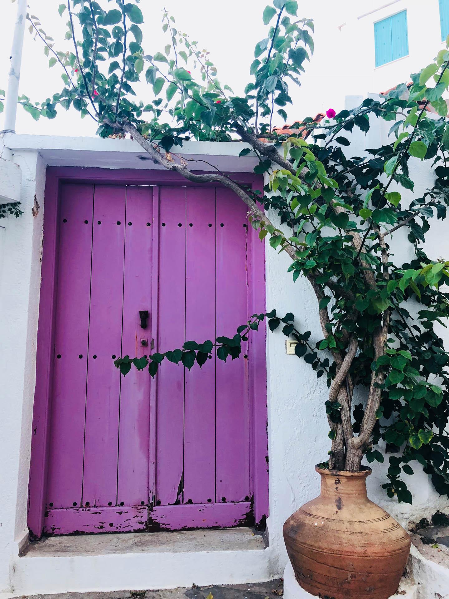 Fioletowe drzwi na Skopelos