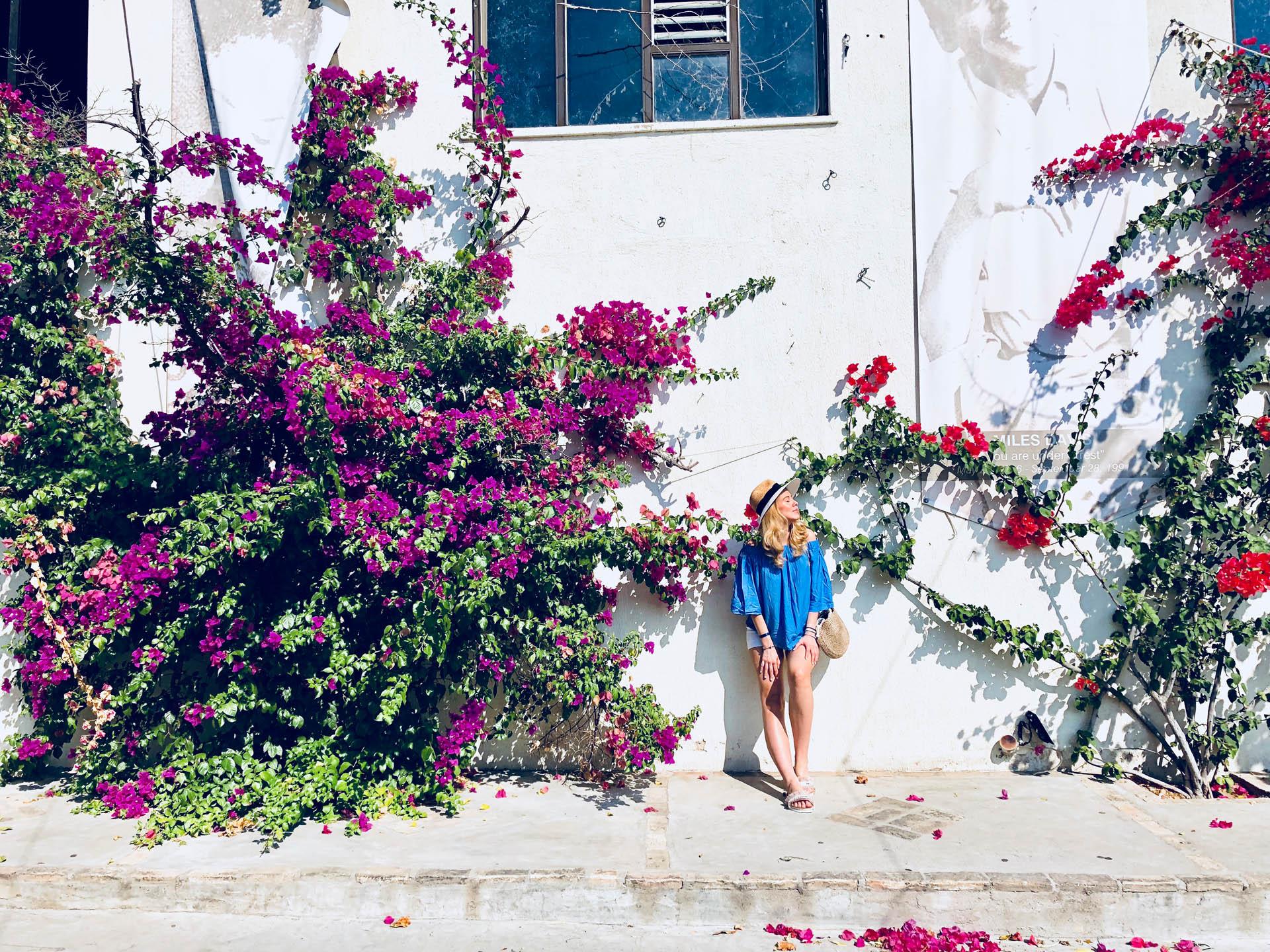 Dziewczyna wśród kwiatów bugenwilli