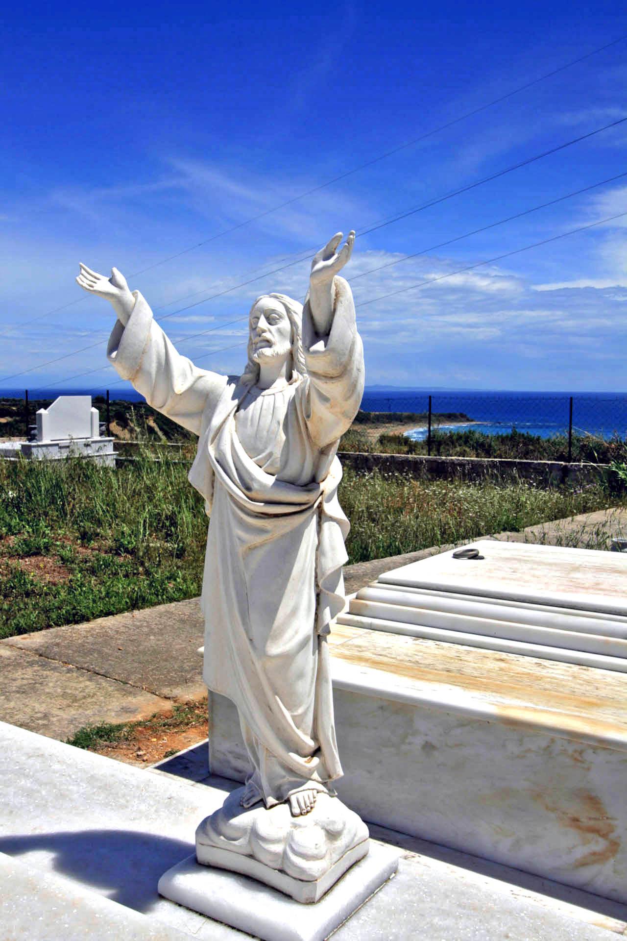 Figura Jezusa na cmentarzu